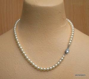 Náhrdelník z jemných perliček krémové barvy.