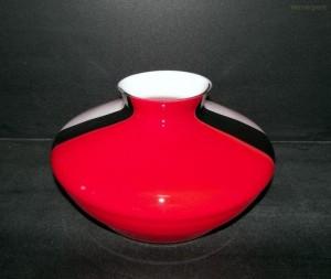 Váza nízká široká bíločervenočerná 19cm.