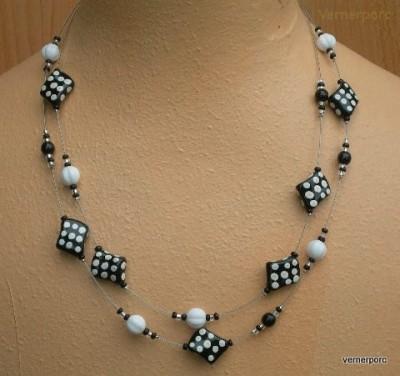 Černo-bílý náhrdelník z korálek MČ