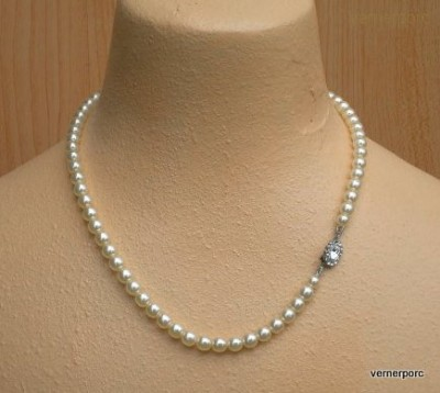 Náhrdelník z jemných perliček krémové barvy. MČ