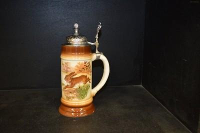 Pivní korbel s cínovým víkem 0,5l. dekor zajíc Becom