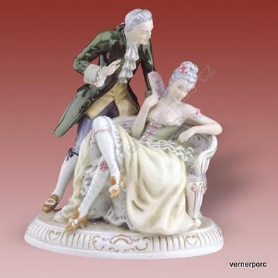Porcelánová soška pána s dámy na divanu Royal Dux Bohemia