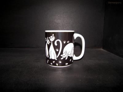 Velký porcelánový hrnek, vzor černé kočky 0,5l. Thun